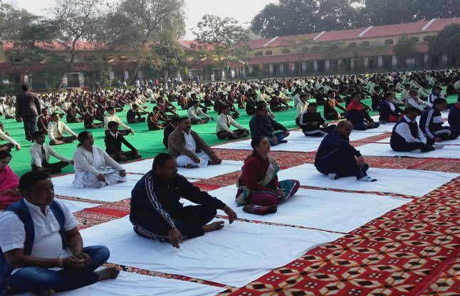 युवा दिवस: मंत्री और महापौर ने भी किया सामूहिक सूर्य नमस्कार