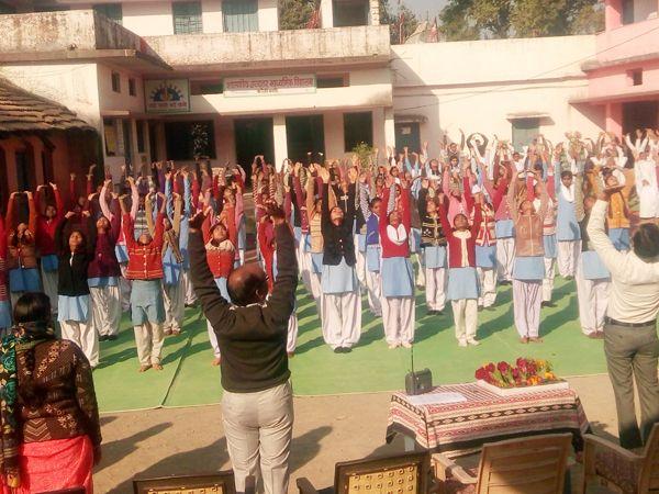 छात्र छात्राओं ने किया सूर्यनमस्कार