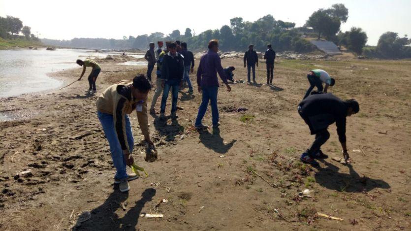 एनएसएस स्वयंसेवकों ने नर्मदा के घाटों पर सफाई की