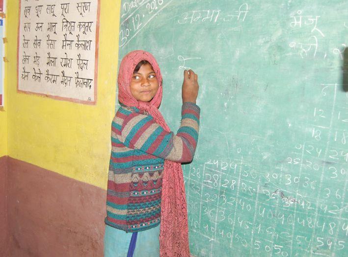 OMG! दो टीचर, 10 स्टूडेंट, किसी को एक लाइन भी लिखना नहीं आती