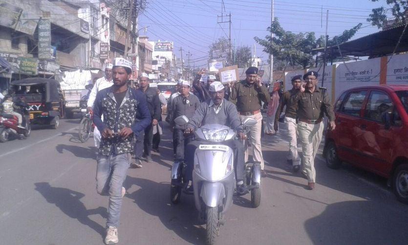 SP गौरव के तबादले का विरोध कर रहे आप कार्यकर्ता गिरफ्तार
