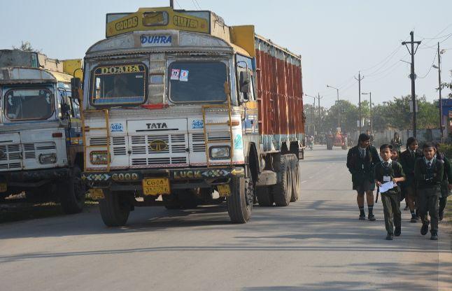 डीडीएम रोड पर भारी वाहनों की पार्किंग