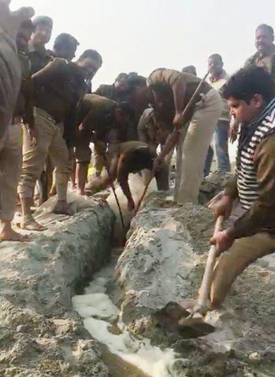 OMG : पुलिस भी हो गयी हैरान जब सरयू नदी में बहने लगी शराब