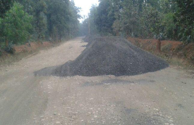 कोयले के डस्ट से पाट रहे सड़क, परेशान हो रहे हैं ग्रामीण
