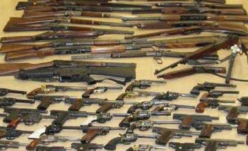 कौशाम्बी में पुलिस ने बोलेरो से बरामद की चार राइफल व कारतूस की खेप