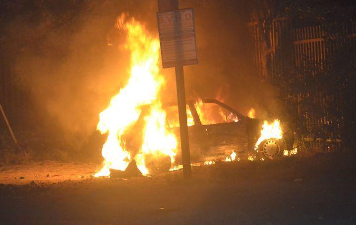 परिवार शादी में, खड़ी कार में लग गई आग