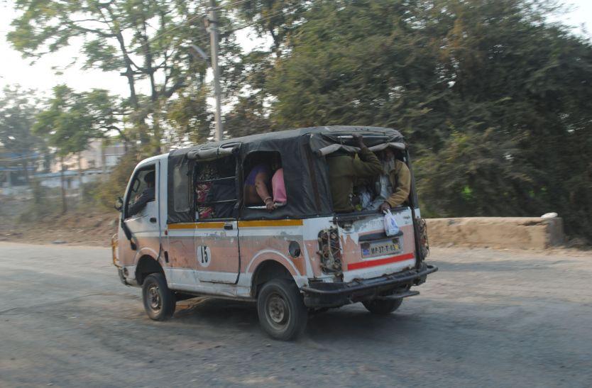 ग्रामीण रूट पर दौड़ रहे जर्जर वाहन