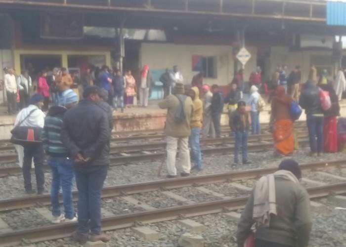 रेलवे ट्रेक में अचानक आया क्रेक, ब्रेक शू से उठा धुंआ, मच गई खलबली