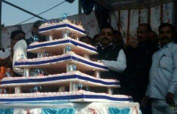 मायावती के जन्मदिन पर उड़ी आदर्श आचार संहिता की धज्जियां, जमकर बंटे केक और मिठाई