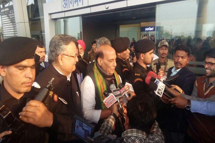 रायपुर पहुंचे गृहमंत्री राजनाथ सिंह, माओवाद विरोधी अभियान की करेंगे समीक्षा