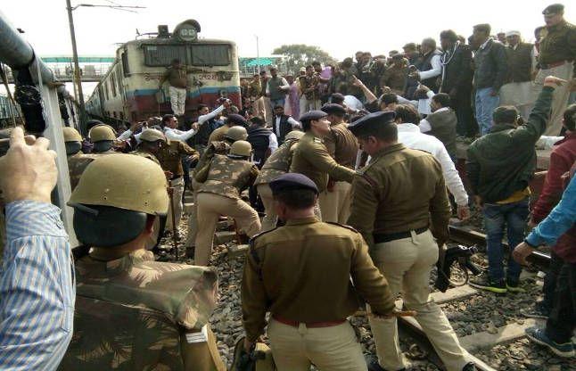 SP केतबादले के विरोध में रोकी रेल, कांग्रेसियों ने तोड़ेबैरिकेड