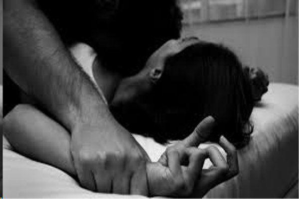 हवस में अंधे बाप ने अपनी ही बेटी से 2 साल तक किया दुष्कर्म, खामोश रही मां