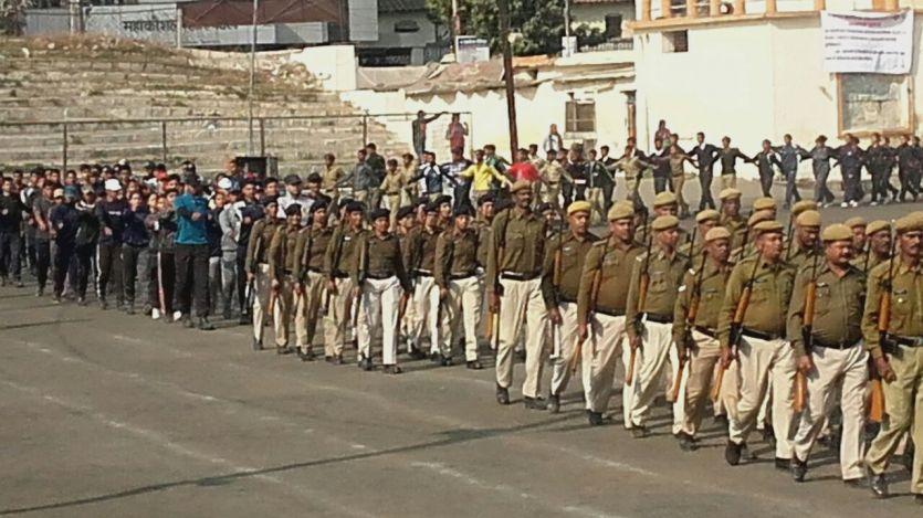 गणतंत्र दिवस: हाथों में थामी बंदूक, कंधों से मिलने लगे कंधे