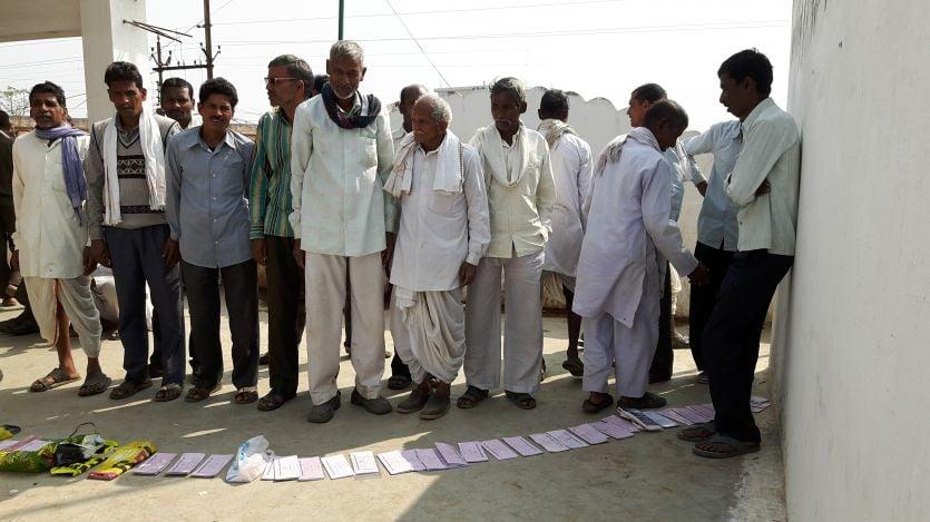 नोटबंदी के 70 दिन बाद भी नकदी के लिए बैंक के बाहर सुबह पांच बजे से लग रही कतार