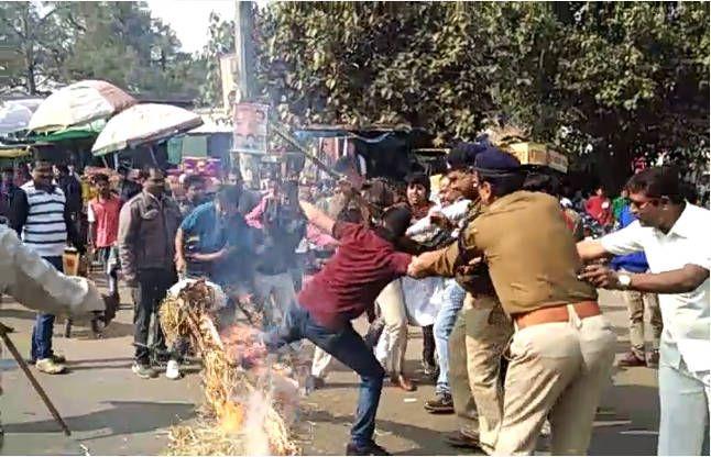 युवकों और पुलिस में झुमाझपटी, आखिर जल ही गया CM का पुतला