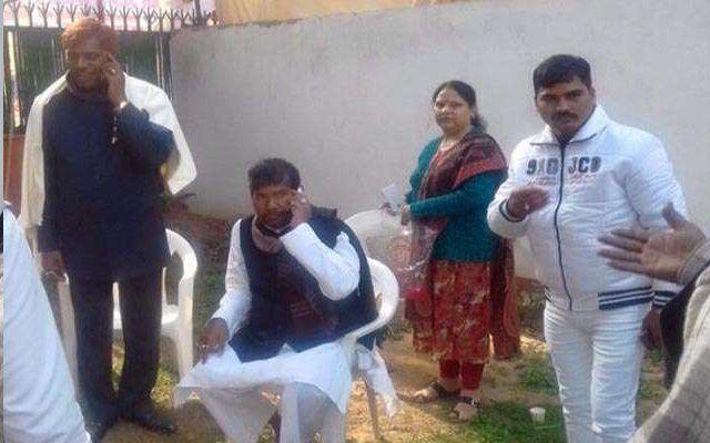 एलजेपी नेताओं के साथ दिखी बिहार के कुख्यात अपराधी की तस्वीर