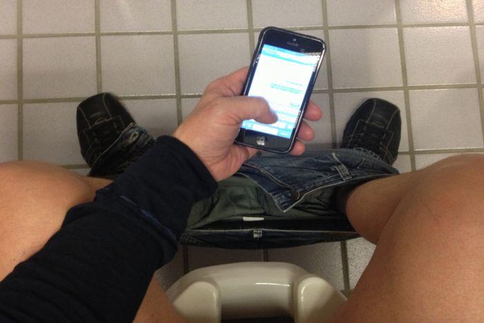 क्या आप टॉयलेट में भी करते हैं स्मार्टफोन का इस्तेमाल तो हो जाएं सावधान
