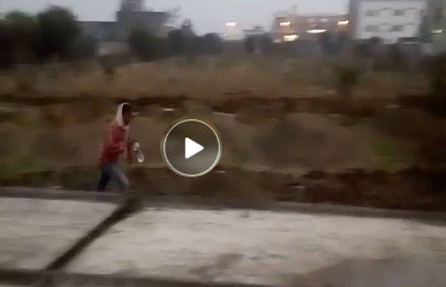 VIDEO: शौच कर रहे लोगों में अचानक मच गई भगदड़, जब निगम ने अपनाया ये तरीका