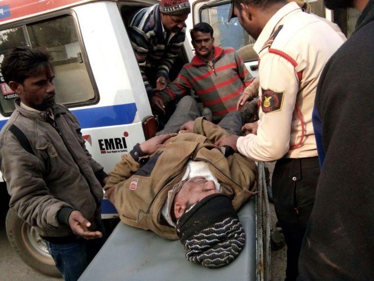सड़क दुर्घटना में 2 जख्मी, रात से सुबह तक 12 घंटे सड़क किनारे पड़े रहे घायल