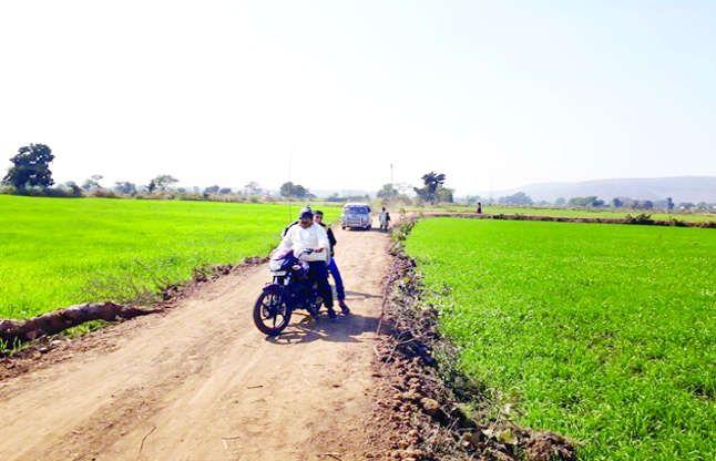 ग्रामीणों का कमाल, बिना सरकारी सहयोग के संगम घाट तक बनाई सड़क