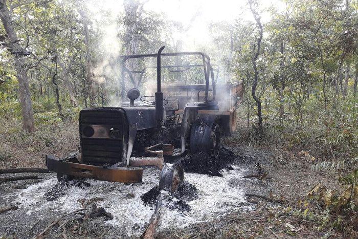 नक्सलियों ने पहले दस वाहनों को जलाया, फिर तीन कर्मचारियों को ले गए साथ
