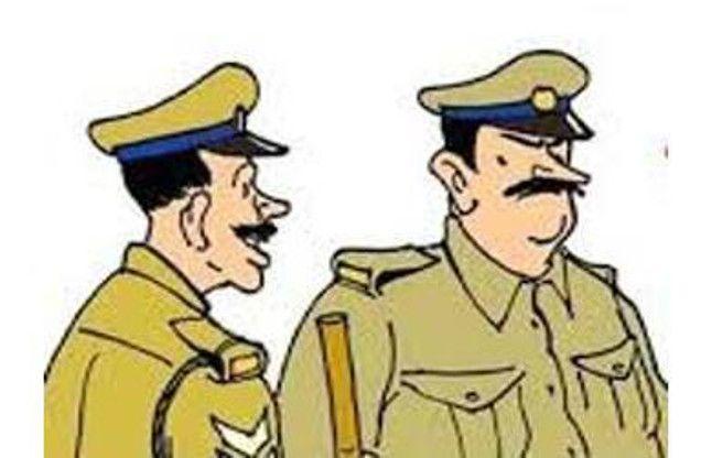 अपराधियों को वीआईपी ट्रीटमेंट, हथकड़ी में कर रहे शॉपिंग