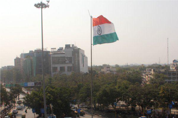 गणतंत्र पर किया तिरंगे को सलाम, देशभक्ति के साथ फहराया झंडा