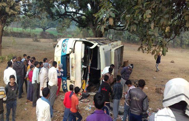 सड़क पर पलटी तेज रफ्तार बस, खींचकर बाहर निकाले 29 यात्री, 14 गंभीर