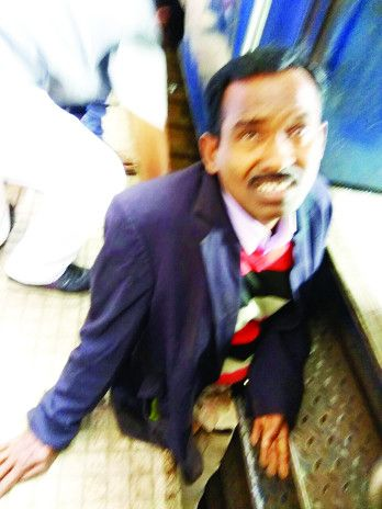 कोच बदलने के फेर में यात्री का पैर फिसला, 200 मीटर तक घसीटते ले गई ट्रेन