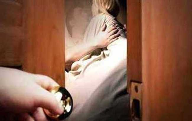 जब स्कूल से घर लौटी मासूम, दरवाजा खोला और मां को देखकर रह गई हैरान