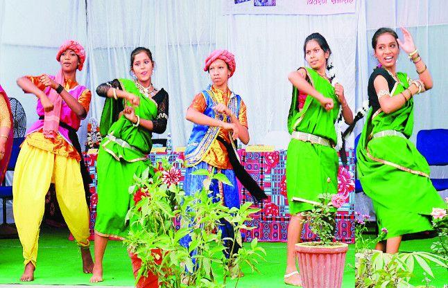 Girls वसंत के आगमन पर छत्तीसगढ़ी रंग बिखेर कर छा गईं मंच पर