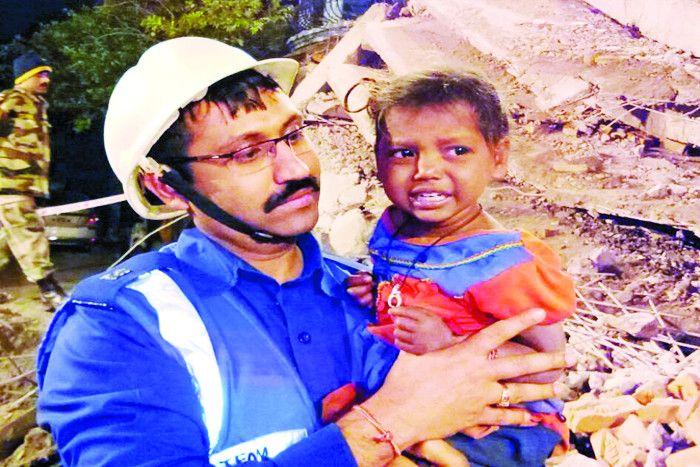 चमत्कार: मौत को मात देकर मलबे से जिंदा बाहर निकली 3 साल की मासूम
