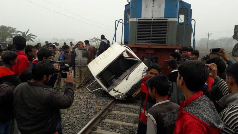 रेल हादसा- चंदौली में मालगाड़ी ने मारी पिकअप वैन को टक्कर