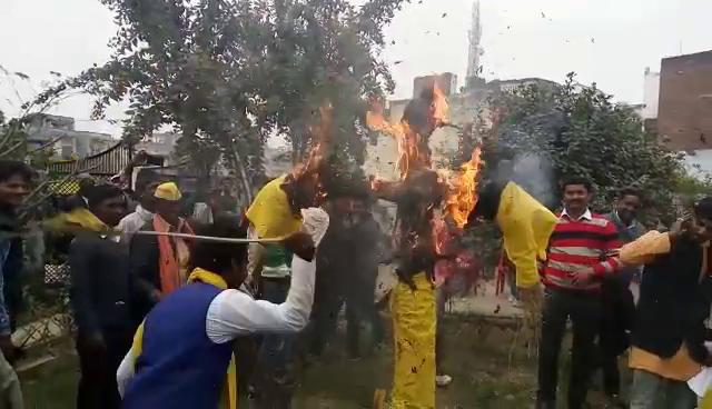 जौनपुर में बागी हुये भासपाई, फूंका झंडा और पुतला