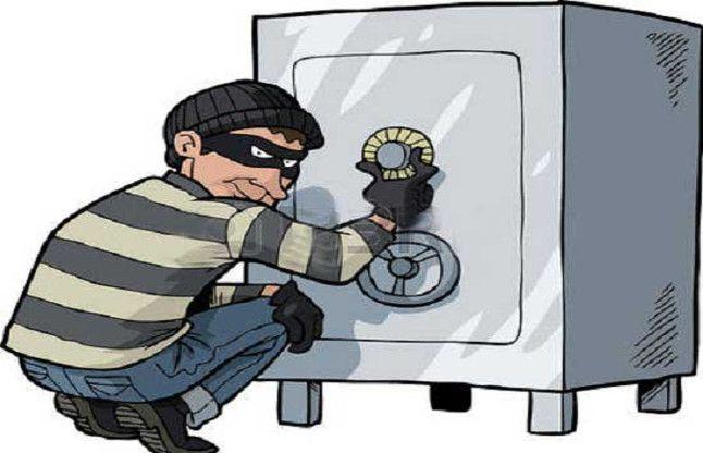 बैंक लूटने काट रहे थे लॉकर, तभी पहुंच गई पुलिस तो मिर्च पाउडर झोंक हुए फरार