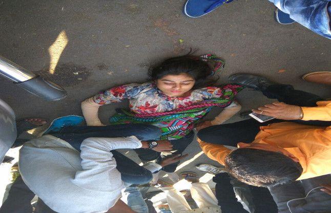 मॉरीन ड्राइव पर सरकारी वाहन ने युवती को मारी ठोकर, देखें फोटो