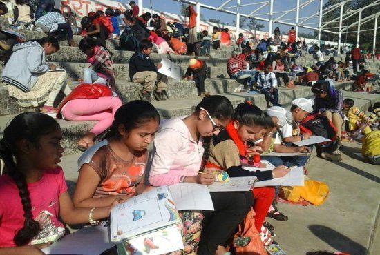 VIDEO : Stadium में उमड़ी बच्चों की भीड़ ने कागज पर भरे अपनी कल्पना के रंग