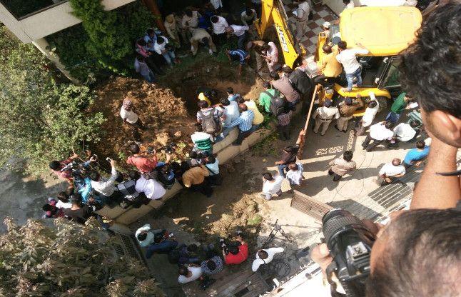 रायपुर में साइको किलर के घर खुदाई शुरू, 8 फीट खोदने पर मिली साड़ी