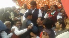मंच पर हुई भीड़ तो राजबब्बर ने मारी कोहनियां- देखें वीडियो