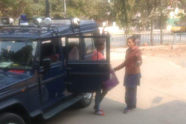 नशे में धुत युवक-युवती ले जा रहे थे चोरी की कार, पुलिस ने पकड़ा तो किया ड्रामा