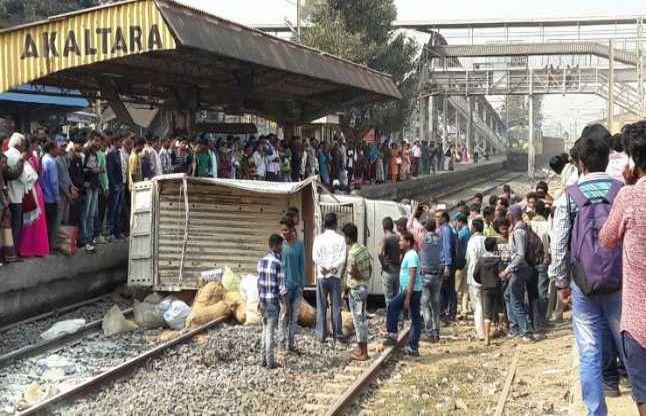 मचा हड़कंप, जब शराब के नशे में ड्राइवरगाड़ी को लेकर पहुंच गया रेलवे ट्रैक