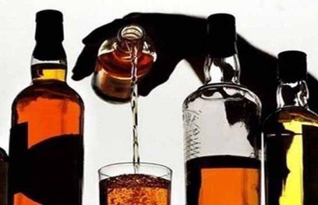 शराब दुकान हटवाने बांटा शरबत, कॉलेज के पास लगा रहता है जमावड़ा