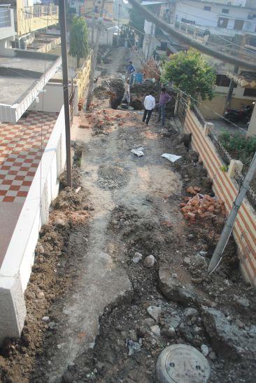 खुदाई और निर्माण के बाद नहीं हटाई जा रही मिट्टी
