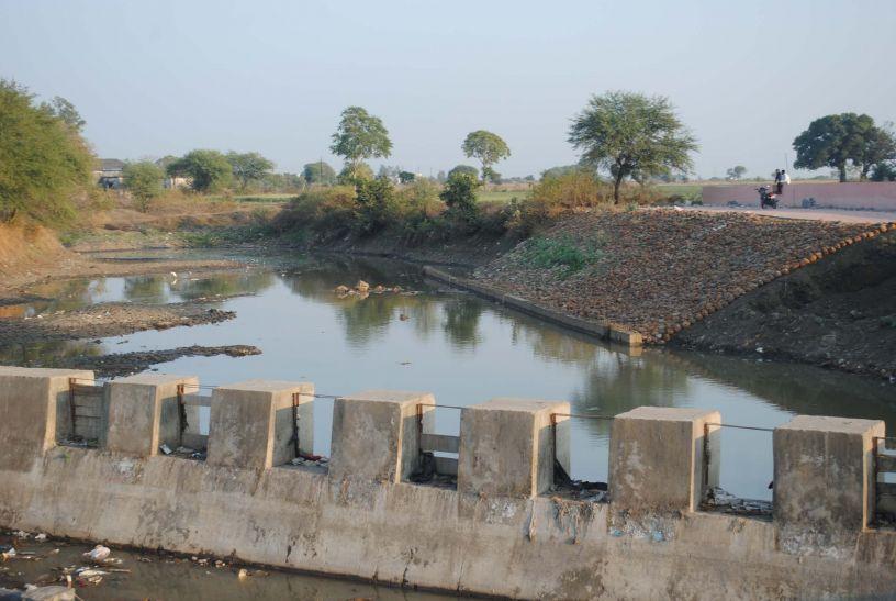 इंग्लिशपुरा क्षेत्र में जलसंकट की आहट, भरा जा रहा नाला