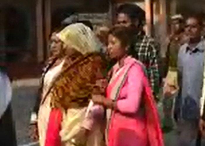 पति की हुई मौत, गमगीन माहौल में इस महिला ने सपा से दाखिल किया अपना नामांकन पत्र