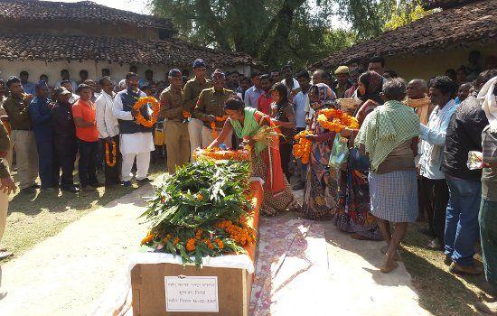 नक्सली मुठभेड़ में शहीद APC का शव पहुंचा गृहग्राम, अंतिम विदाई में रो पड़ा पूरा गांव