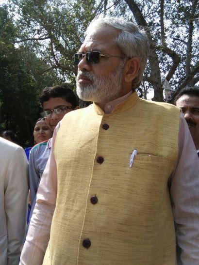 पीएम नरेन्द्र मोदी के हमशक्ल ने किया नामांकन, देखने वालों की लगी भीड़