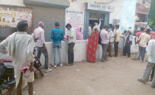 नोट बंदी के 100 दिन : ग्रामीण क्षेत्रों के बैंकों में क्यों कम नहीं हो रही भीड़