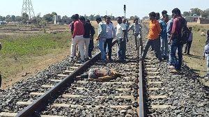 सड़क पर खड़ी की बाइक, चलती ट्रेन के सामने कूदा युवक, हुई दर्दनाक मौत