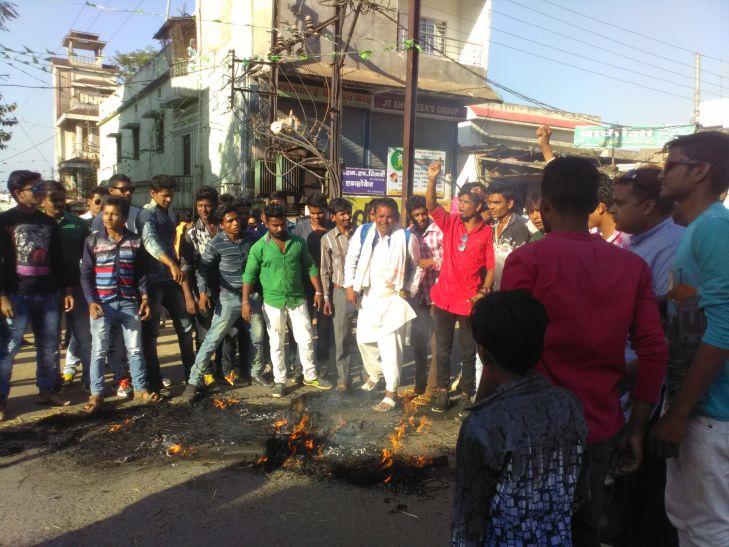 धू धूं कर जला पीएम मोदी का पुतला, देखते रह गई पुलिस